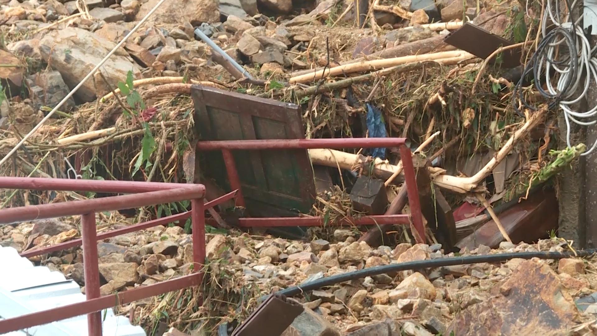 Hàng trăm người đào bới, tìm nạn nhân vùi trong đống đổ nát ở Nha Trang