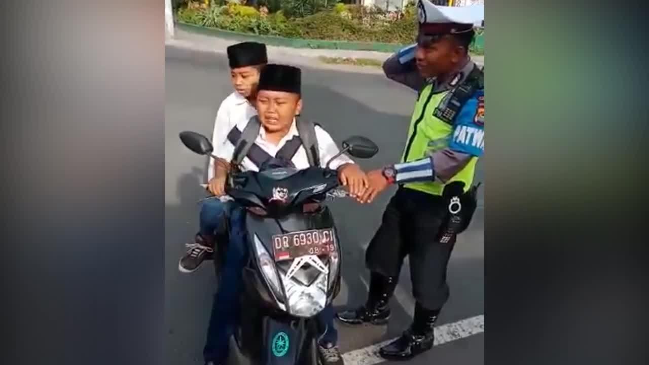 Cậu bé gào khóc khị bị cảnh sát giao thông dừng xe