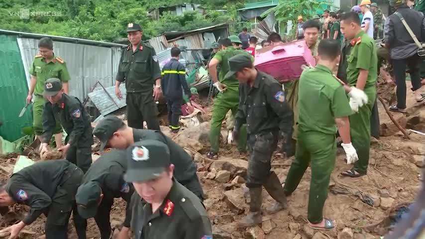 Cứu hộ đào bới, cứu và tìm người trong những ngôi nhà đổ sập ở Nha Trang.
