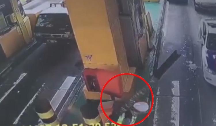 Nhân viên trạm thu phí khốn đốn vì thanh barie mất kiểm soát