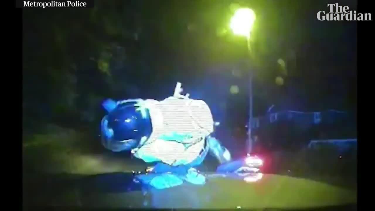 Cảnh sát London tông ôtô vào xe máy trấn áp tội phạm