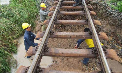 Sạt lở nghiêm trọng tuyến đường sắt qua Ninh Thuận