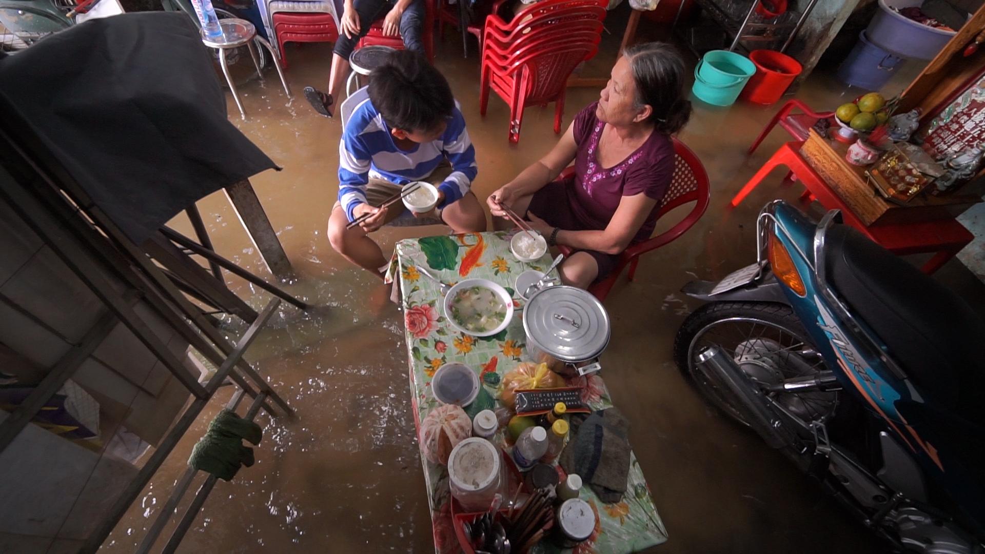 Người Sài Gòn vật lộn với nước ngập sau cơn bão