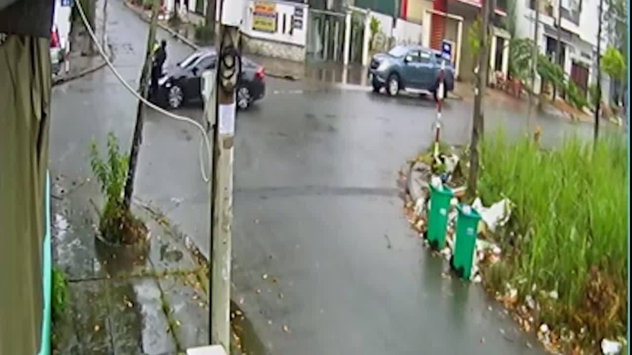Xe máy qua ngã 4 bị ôtô hất tung: Ai đúng, ai sai?