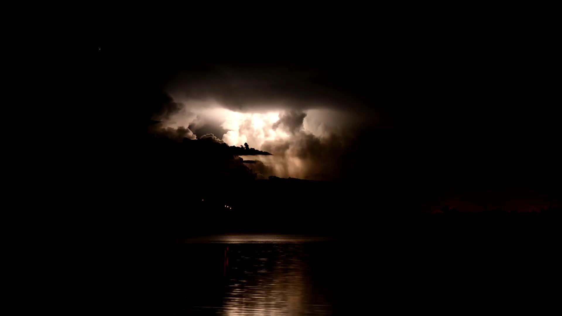 Bão sét xé toang màn đêm ở Australia