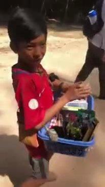 Cậu bé bán hàng rong Campuchia đổi đời nhờ nói được 16 thứ tiếng