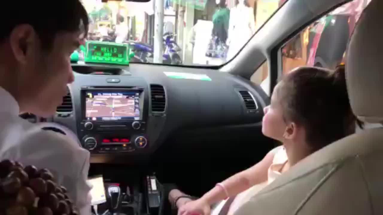 Cô bé phiên dịch cho mẹ và chú tài xế taxi gây phấn khích