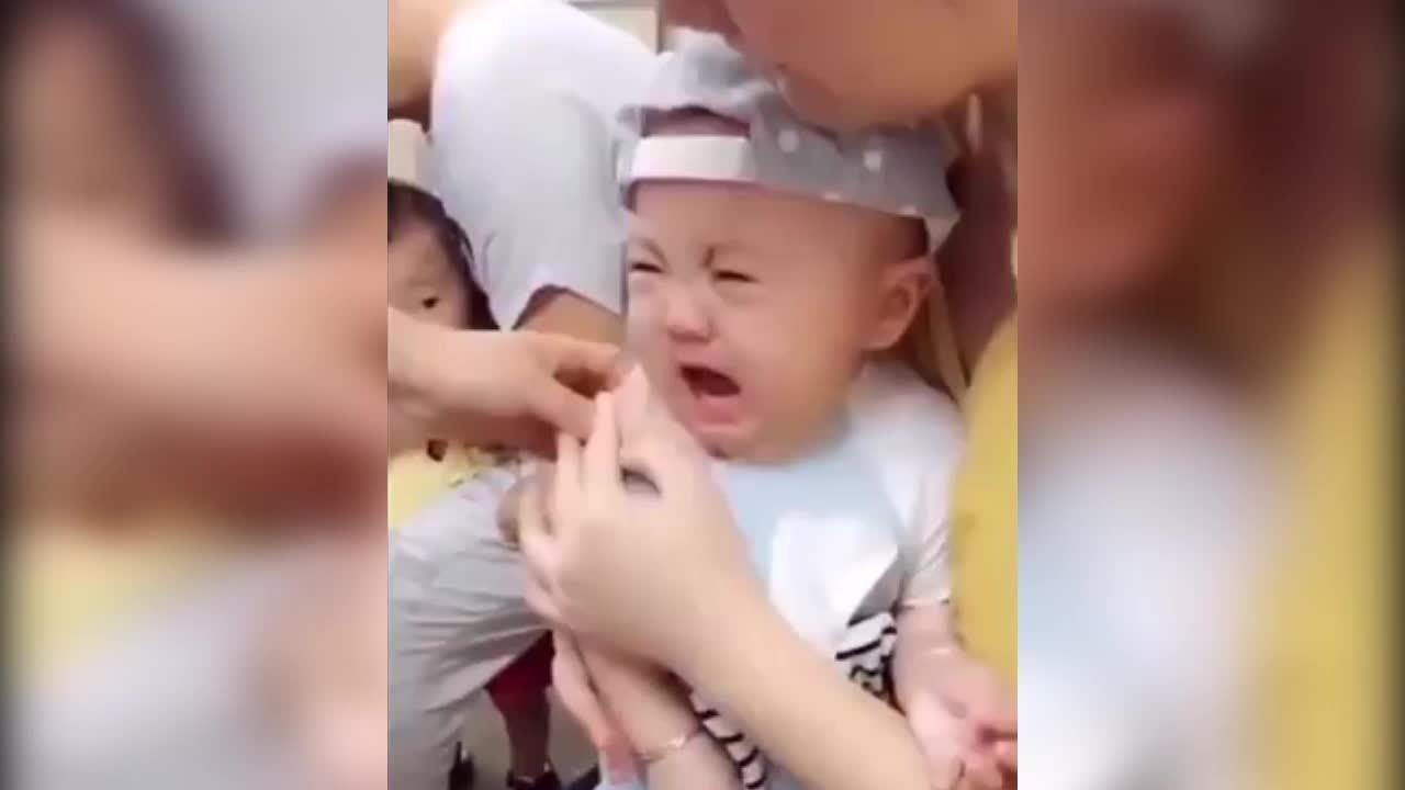 Bé trai kinh ngạc khi bị tiêm ngừa 'đốn tim' người xem