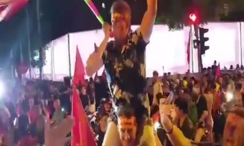 Du khách nước ngoài ăn mừng cùng CĐV Việt Nam