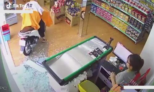 Nữ nhân viên tá hỏa khi 'Ninja lead' lao xe vào cửa hàng