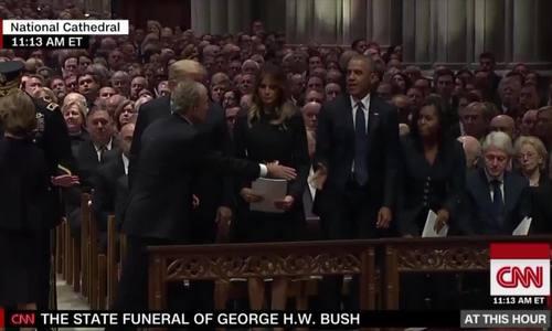 George W. Bush tặng Michelle Obama kẹo trong tang lễ của bố