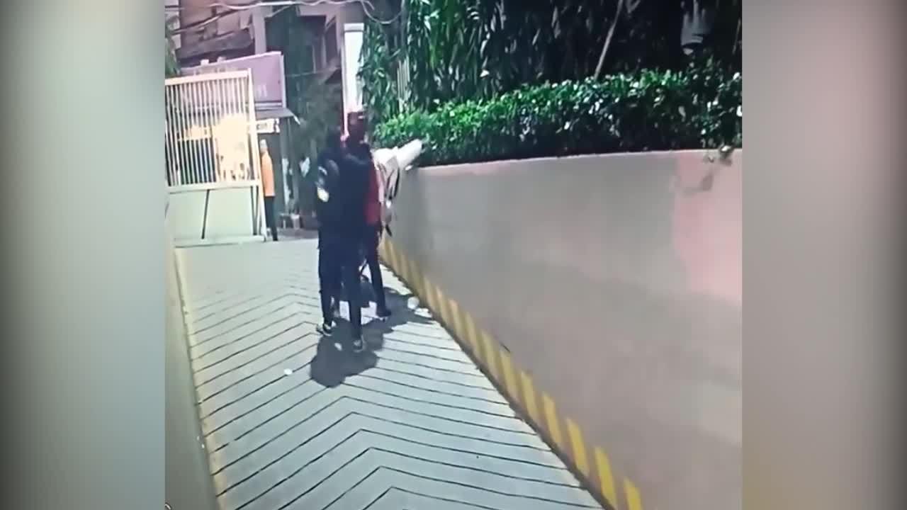 Hai cô gái ngơ ngác khi xe máy 'bay' lên bờ tường