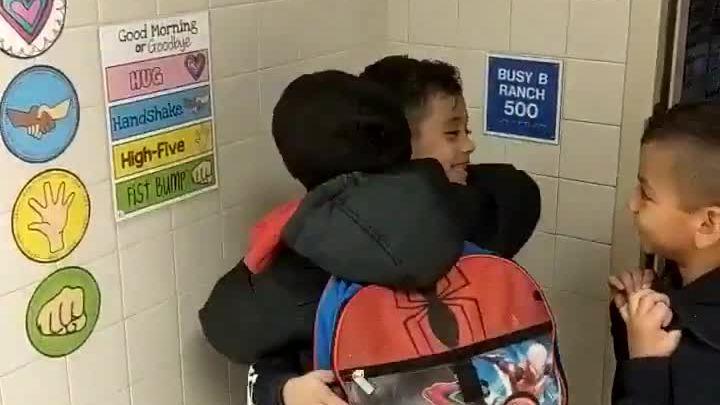 Màn chào nhau khi rời lớp của trẻ em Mỹ đạt 16 triệu view