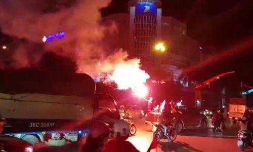 Cổ động viên nhiều tỉnh đốt pháo sáng ăn mừng