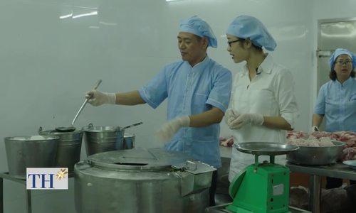 Giò lụa Quảng Ninh hút khách nhờ cách gói thủ công bằng lá chuối tiêu