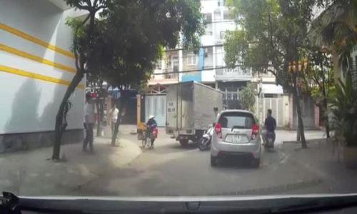 Tài xế ôtô dừng xe giữa đường nghe điện thoại