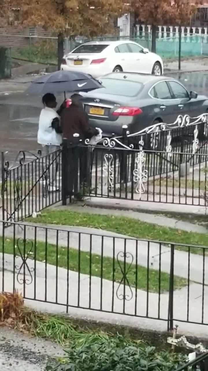 Che ô cho người già trong mưa, cậu bé Mỹ được ca ngợi