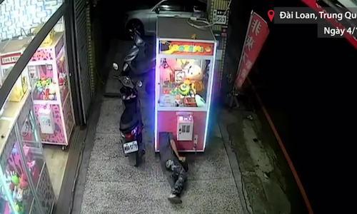 Người đàn ông uốn dẻo trộm thú nhồi bông
