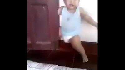 Cậu nhóc giả vờ bị kẹt cửa để khóc ăn vạ