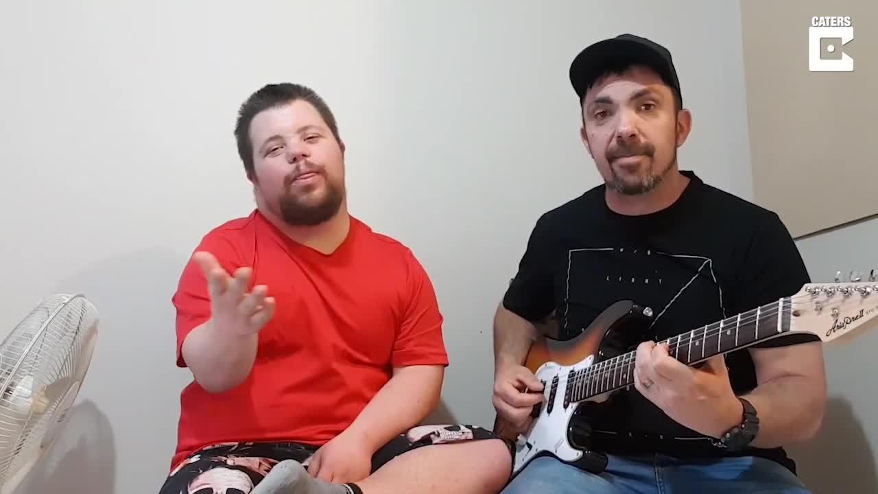 Thầy giáo dạy nhạc song ca với học trò mắc chứng Down