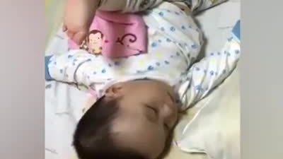 Tư thế ngủ khó đỡ của 'võ sư Kungfu nhí'