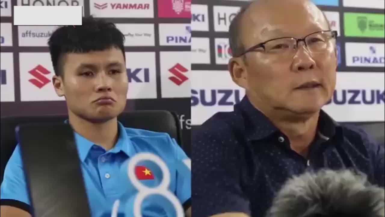 Biểu cảm của thầy Park và Quang Hải giống nhau như đúc khi họp báo