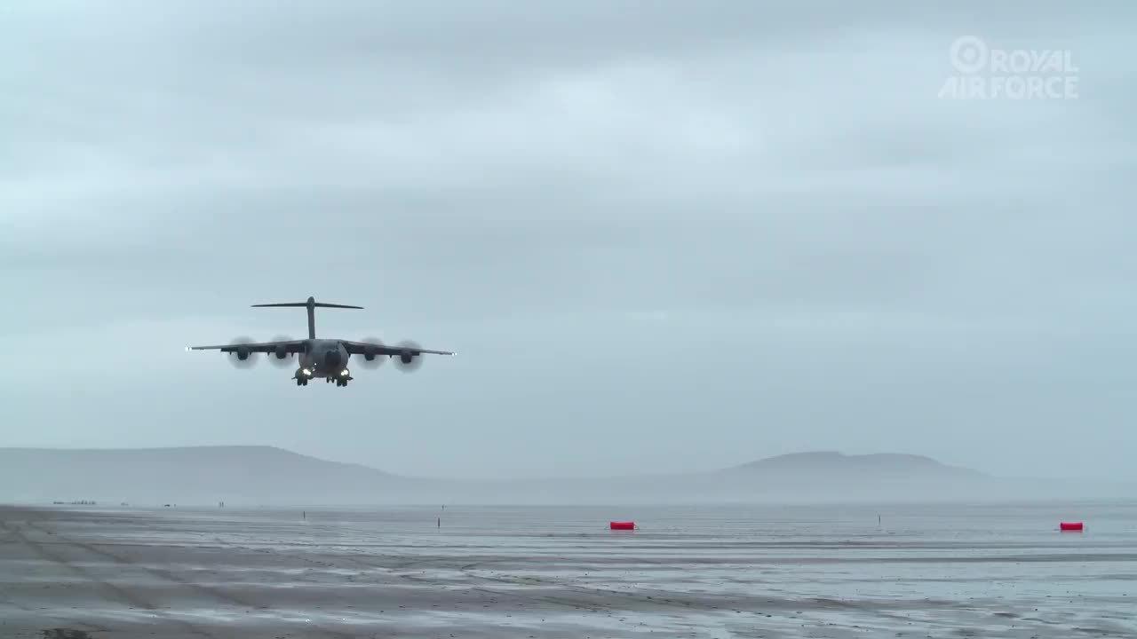 Vận tải cơ 120 tấn Anh biểu diễn cất hạ cánh trên bãi biển