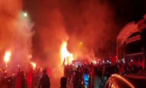 CĐV Hải Phòng đốt pháo sáng ăn mừng