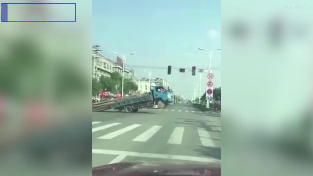 Xe tải bốc đầu vì chở quá tải