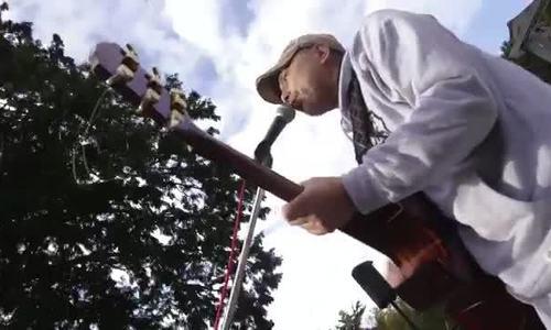 Nghệ sĩ Nhật Bản chơi đàn suốt 8 năm ở 'khu rừng tự tử'