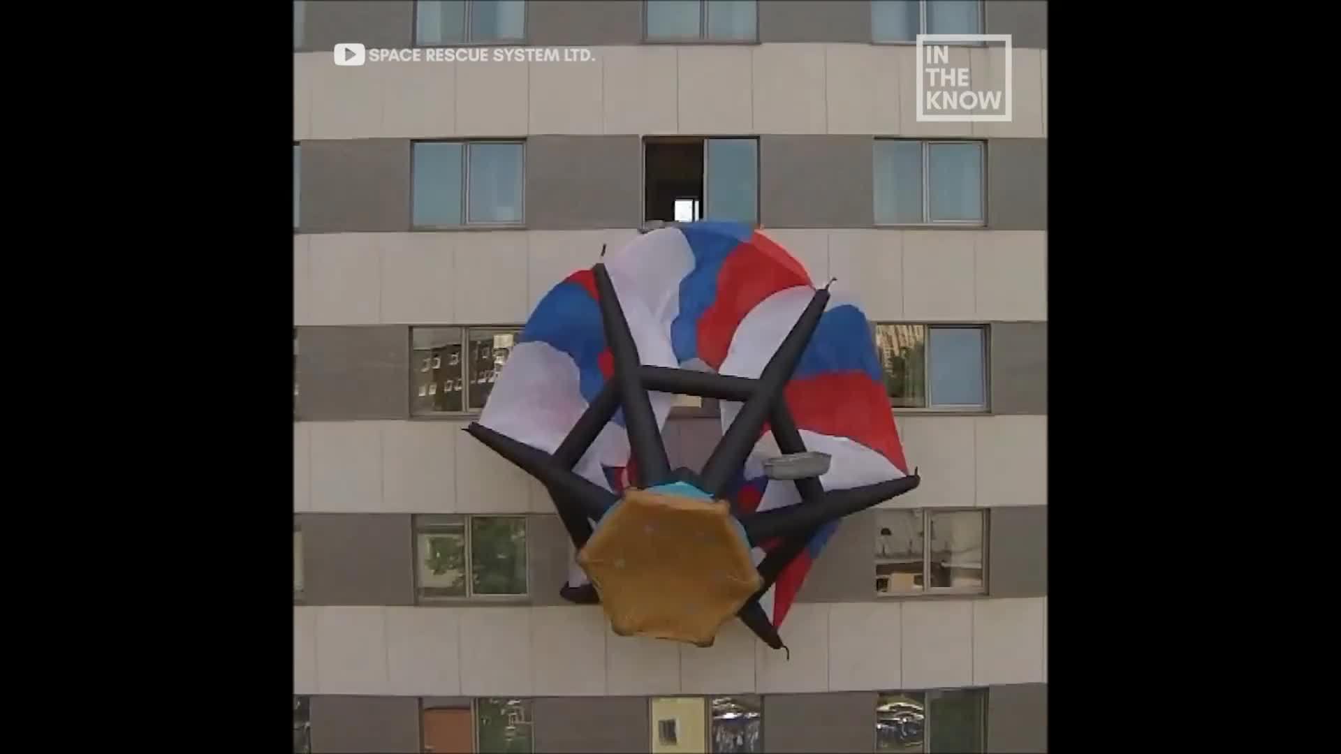 Ba lô thoát hiểm biến thành dù để nhảy khỏi nhà cao tầng