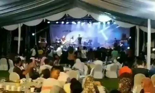 Sóng thần Indonesia cuốn trôi sân khấu khi ban nhạc đang biểu diễn