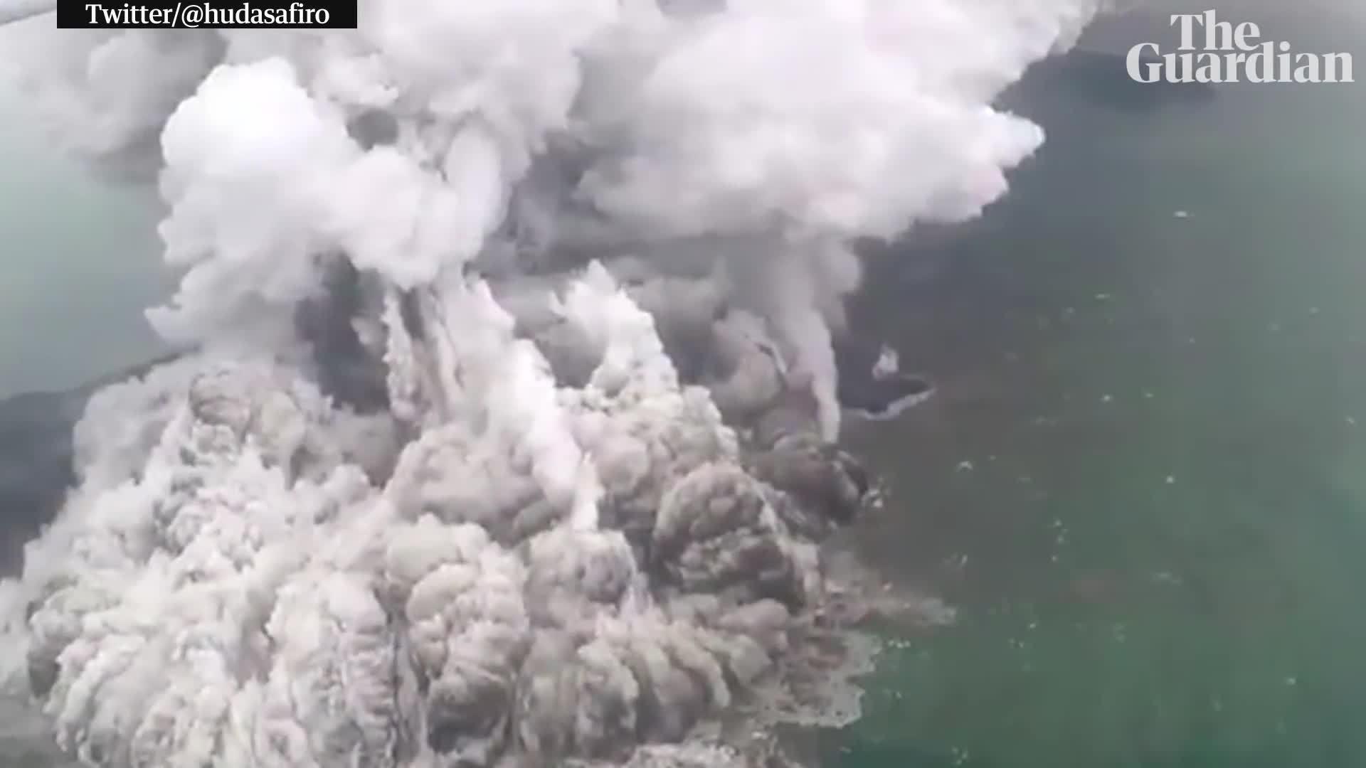 Núi lửa ở Indonesia phun trào trước và sau sóng thần