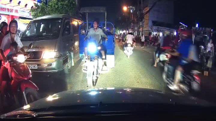 Tài xế ôtô quyết ép lùi xe ba gác đi ngược chiều ở Sài Gòn