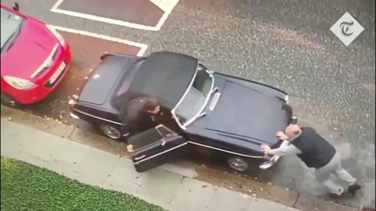 Kẻ trộm dùng ô tô đẩy xe cổ đem phi tang ở Anh