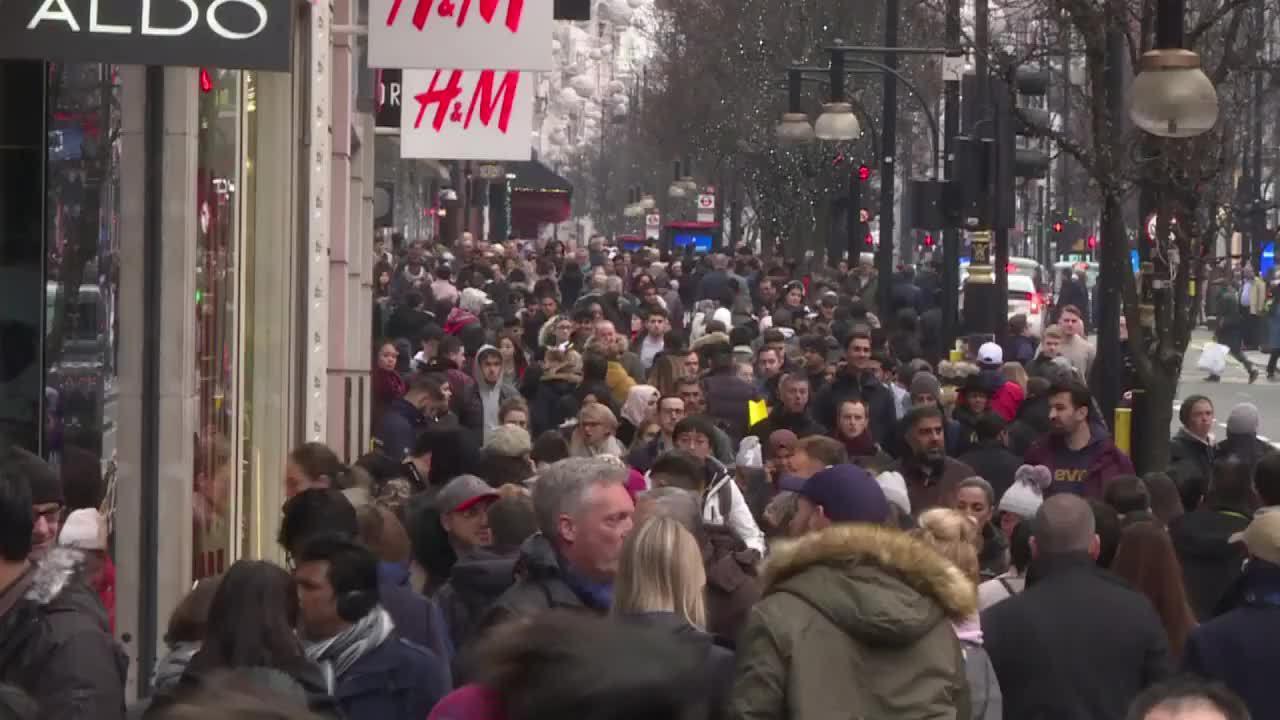 Đường phố Anh tưng bừng giảm giá ngày Mở quà