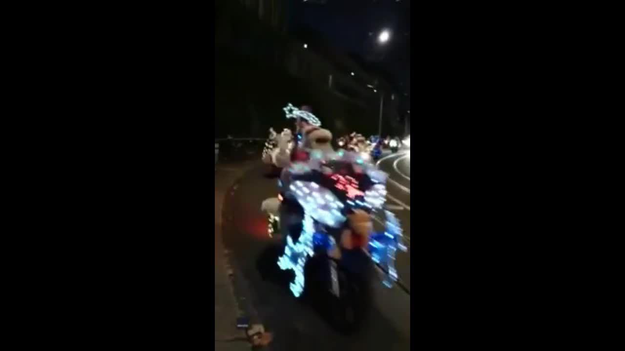 Hơn 1.000 ông già Noel cưỡi môtô diễu phố ngày Giáng sinh ở Italy