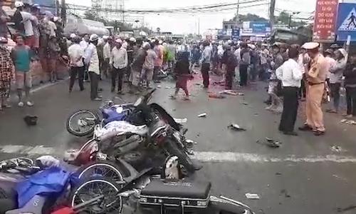 Xe container tông hơn 20 xe máy dừng đèn đỏ, nhiều người chết