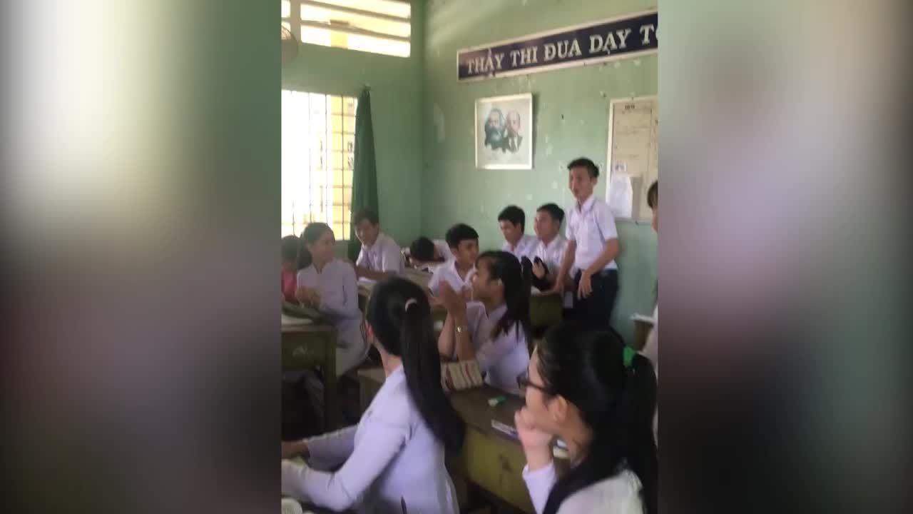 Cả lớp phát cười khi chơi khăm nam sinh ngủ gật