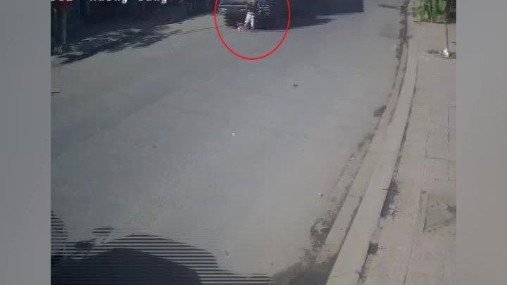 Xe đạp sang đường gây họa cho tài xế container ở Sài Gòn