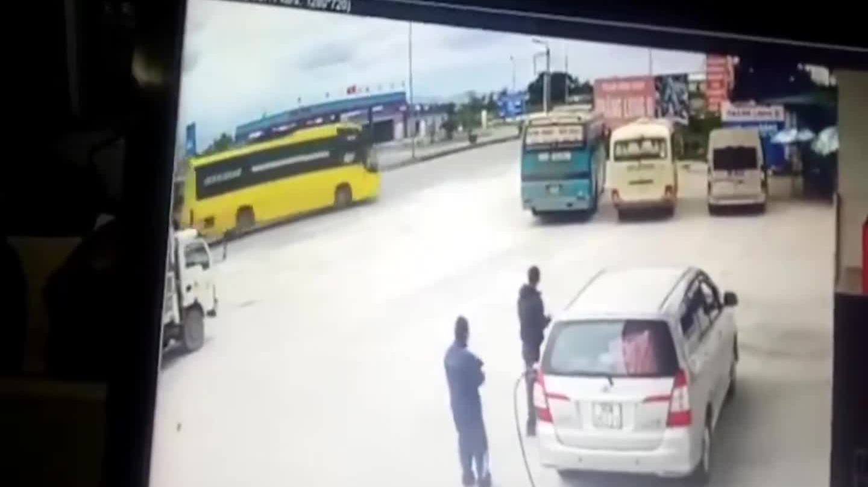 Tránh xe tải sang đường, xe khách lao vào quán cơm
