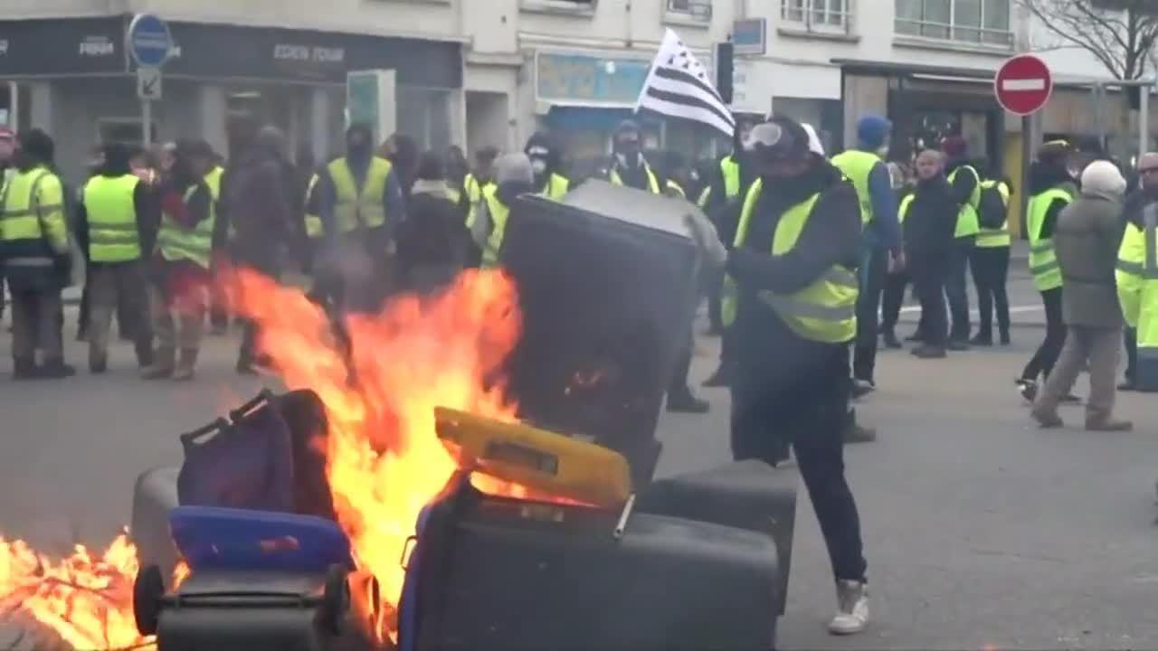 Người biểu tình 'áo vàng' Pháp ném hơi cay, đốt lửa, chặn cảnh sát