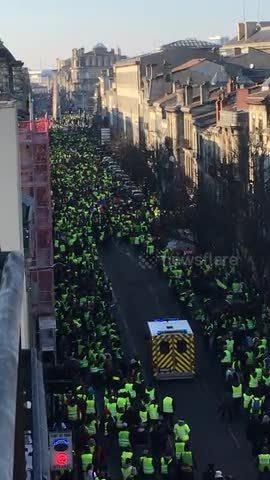 Hàng nghìn người biểu tình 'áo vàng' ở Pháp nhường đường xe cứu thương