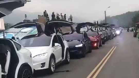 Cả dàn xe Tesla vẫy cánh, nháy đèn theo nhạc
