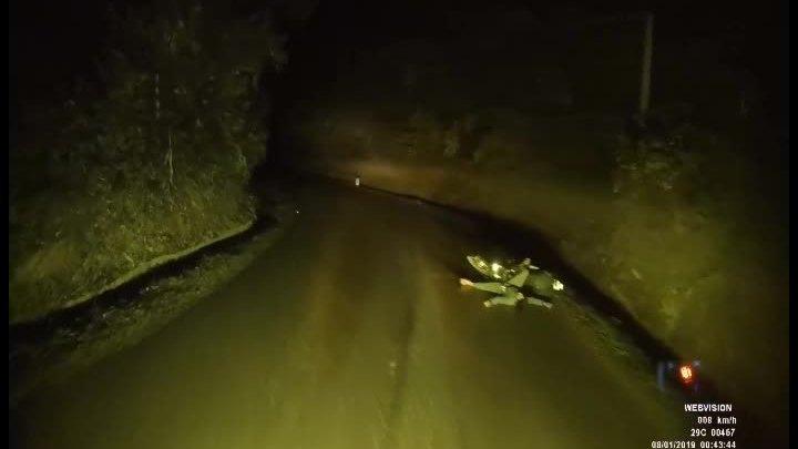 Tài xế lái xe đêm thấy tai nạn