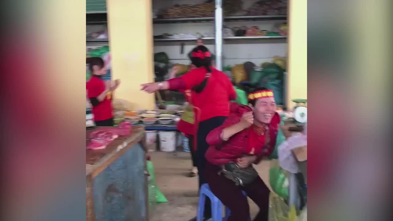 Tiểu thương nhuộm đỏ chợ để cổ vũ ĐTVN