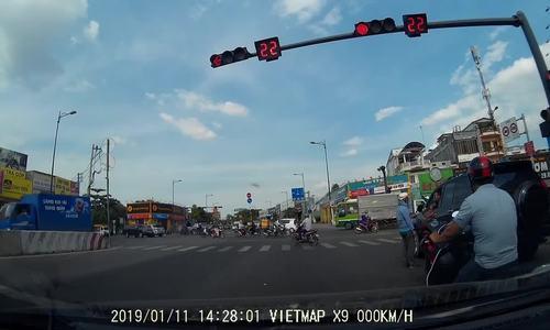 Thanh niên 'dằn mặt' tài xế ôtô liên tục bóp còi khi chờ đèn đỏ