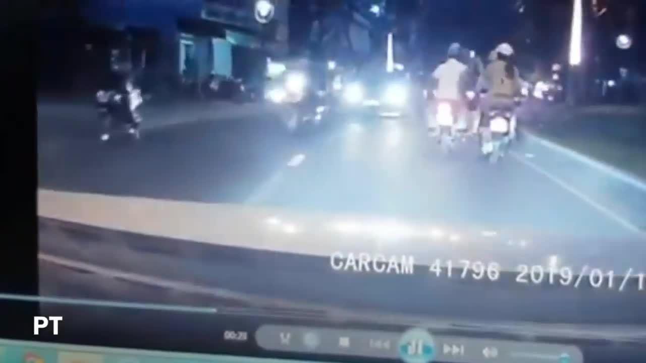 Cô gái bị giật điện thoại vì tranh thủ lướt web trên đường