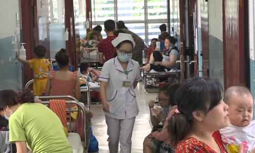 Bệnh viện quá tải vì bệnh sởi tấn công ở Sài Gòn