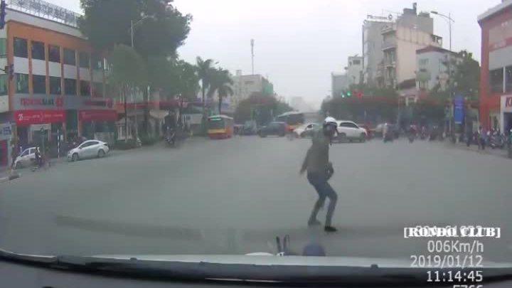 Mẹ chở con nhỏ tạt đầu ôtô bị tông ngã